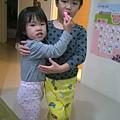 小草莓幫哥哥刷牙