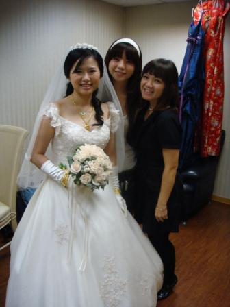搶著和新娘子拍照唷