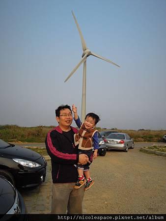 停車場旁就一支風車
