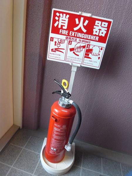 走廊最底的消火器