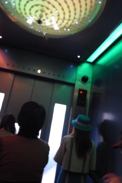 東京鐵塔的電梯,頭頂的燈挺美會變色