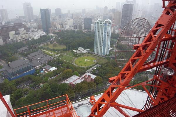 下雨霧濛濛的東京
