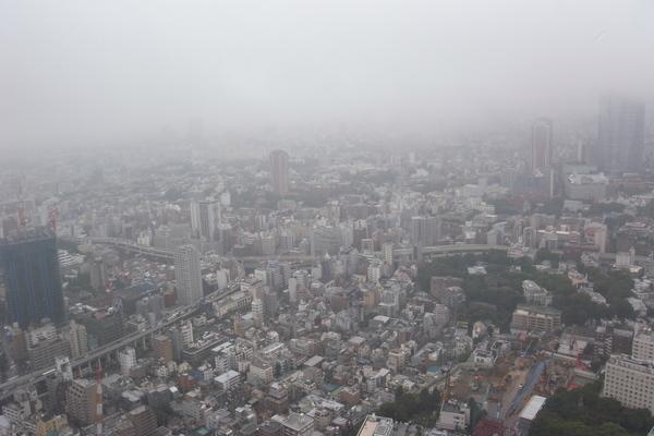 更高來看下雨霧濛濛的東京