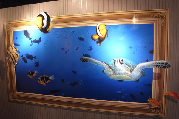 遊出畫框的海洋生物
