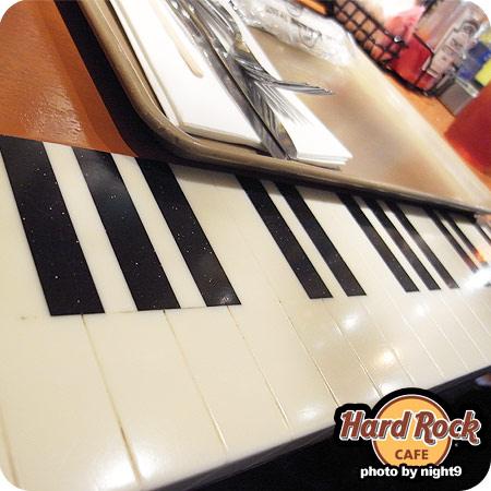 Hard Rock Cafe吧台邊有琴鍵圖案,很可愛