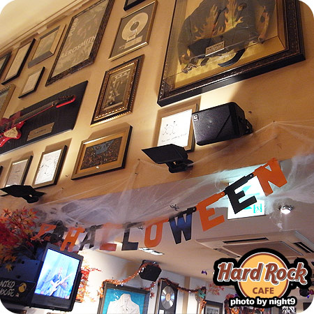 Hard Rock Cafe牆面,紅色吉他是Aerosmith