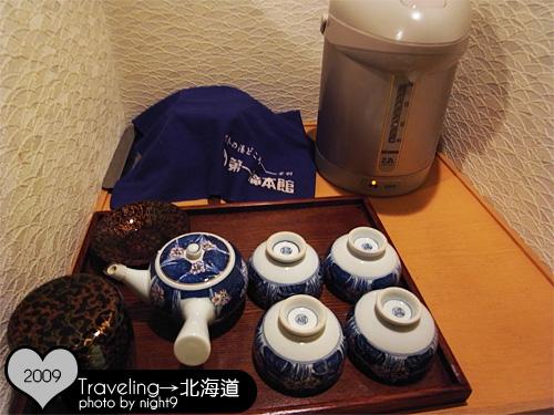 有熱水瓶跟茶具
