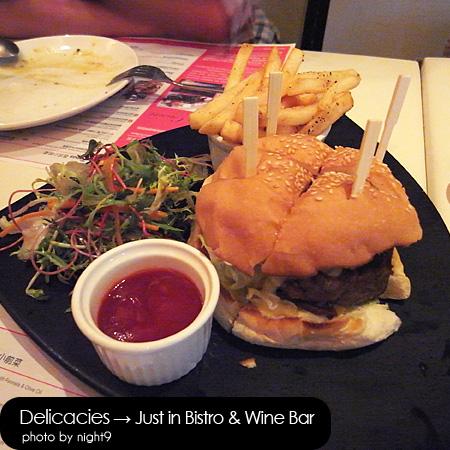 in Bistro & Wine Bar‧招牌牛肉起士漢堡佐沙拉與薯條