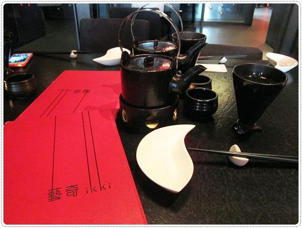 午餐吃藝奇,桌上的茶壺是海鮮土瓶蒸