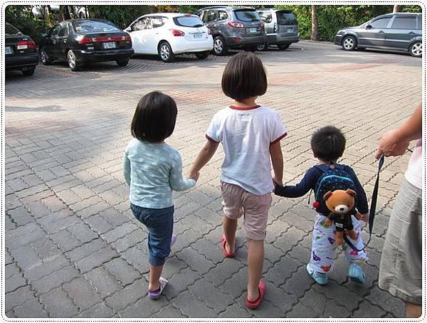 3個小人手牽手金勾追