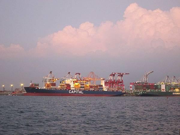 紅毛港是全台唯一最近距離觀賞洲際貨輪「大船入港」的地方哦