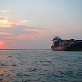 夕陽好紅,長榮的船整個綠變紅