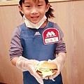 維恩拿漢堡很有架式