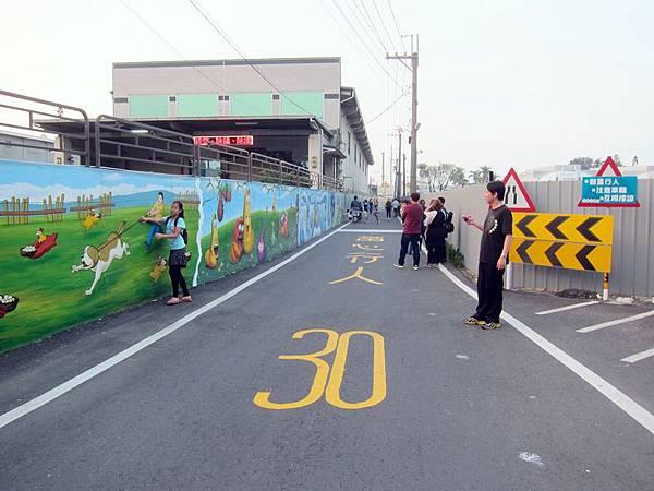 彩繪街是一家工廠的外牆