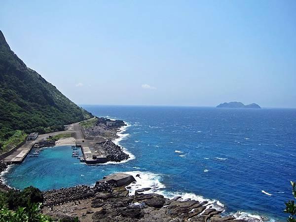 龍門港,遠遠的是小蘭嶼