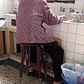 讓外婆坐著洗碗很素西