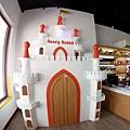 門口的城堡裡面有玄機!