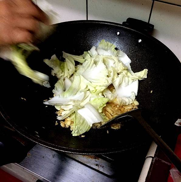 白菜滷食譜_放入白菜梗.jpg