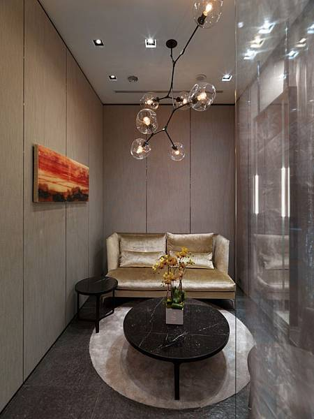 Private Room-以玻璃隔間打造出的隱密性,柔和燈光、溫暖的米色地毯、香檳金沙發、閃耀著燦金的絲質窗簾與藝術畫作,宛如回到家中客廳般舒適溫暖