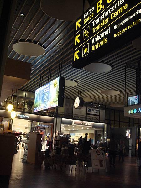 還沉醉在北歐帥男空少中抵達哥本哈根機場,整體來說是個舒適又新穎的機場,最後持續在看著四周的北歐帥男下,僅拍下一張照片,我對不起大家