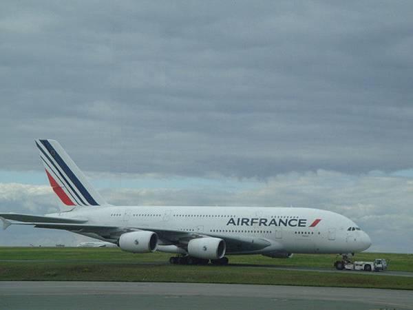 Airbus出品的巨無霸,果然先使用在自家的airfrance.注意看是整台都兩層樓喔!不是只有前面~去年來的時候還以為airbus是米國的引來一堆法國人的一起白眼