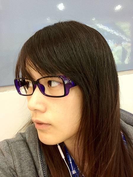 一時衝動就買了支鏡框~是我最愛的紫色唷 哈