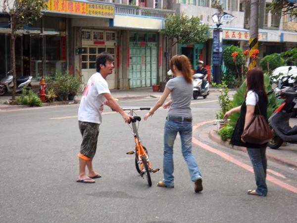 我跟中庸歌搶腳踏車