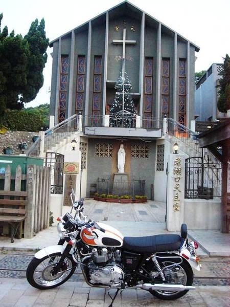 東側入口處有一座天主教堂