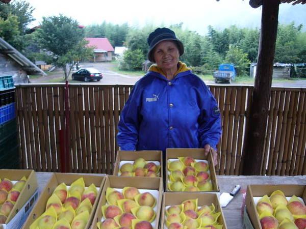 負責水蜜桃銷售的阿嬤