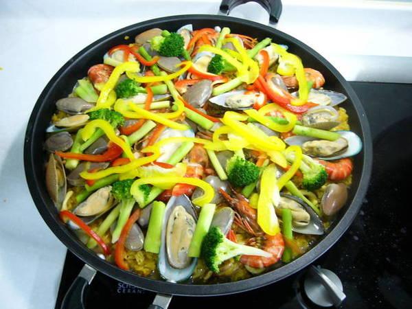 換淺一點的鍋子,鋪上淡菜、蝦子、紅黃椒後再蓋上鍋蓋把飯燜熟