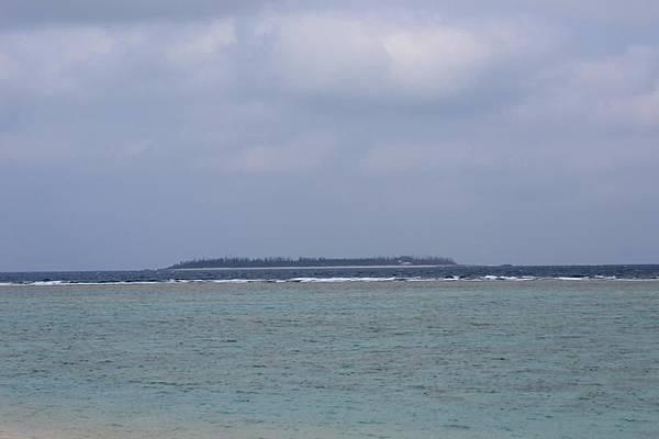 瀬底島から眺めた水納島