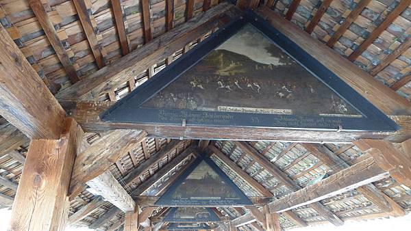 卡貝爾橋上的梁柱間有很多畫呢