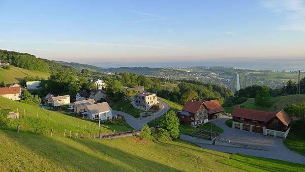 早晨沿著山坡往下走..空氣好風景好