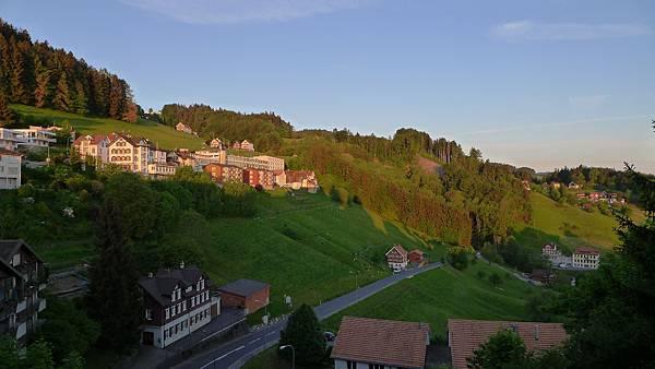 美好的早晨..山坡上的綿羊在吃草