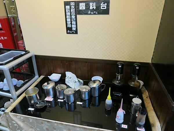 海餃七號-水餃店-醬料區