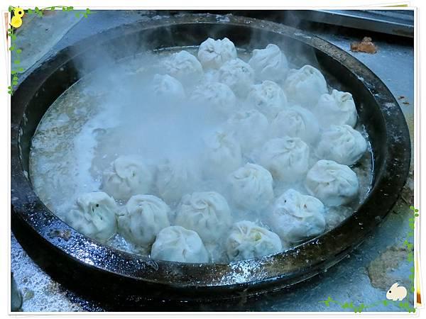 【銅板小吃】三重無名5元小籠包水煎包-煎水煎包-菜