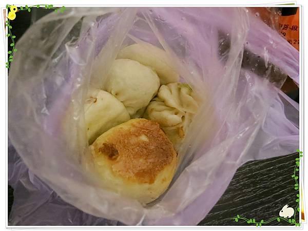 【銅板小吃】三重無名5元小籠包水煎包-小籠包菜包