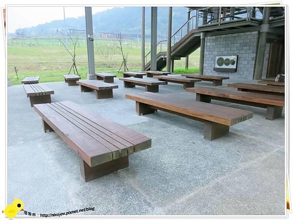 台北-南港山水綠生態-山豬窟化身成池畔木屋-坐椅