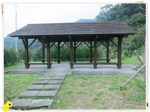 台北-南港山水綠生態-山豬窟化身成池畔木屋-涼亭