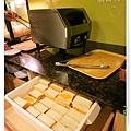 台北-新莊、輔大捷運站-饗厚牛排-享受厚度的美味-自助吧-蒜香麵包