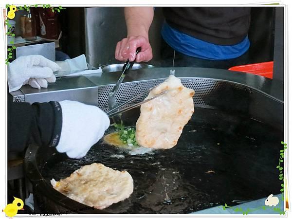 宜蘭-礁溪-柯氏蔥油餅-到此一遊,不吃遺憾-柯氏蔥油餅加蛋-炸油鍋炸蛋加蔥