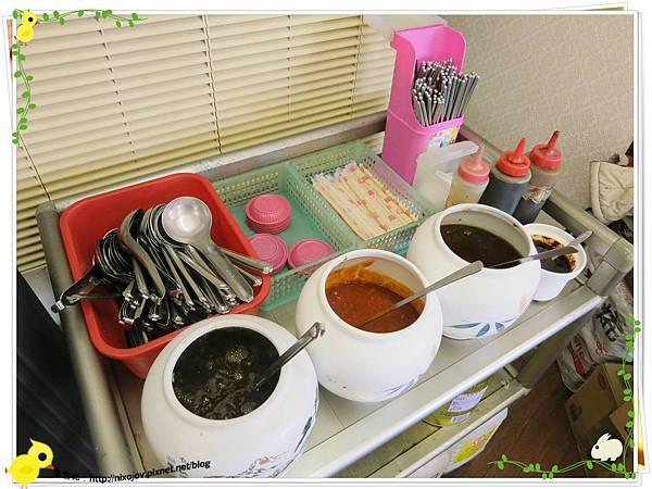 新莊-馨媽香香鍋-『在地人的美味』-大腸臭臭鍋-豆辦醬、醬油、沙茶
