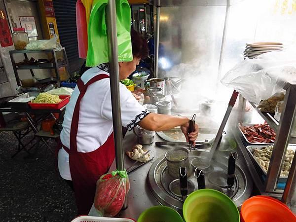 【新莊】無名麵攤-10元豬頭皮20元燙青菜20元乾麵