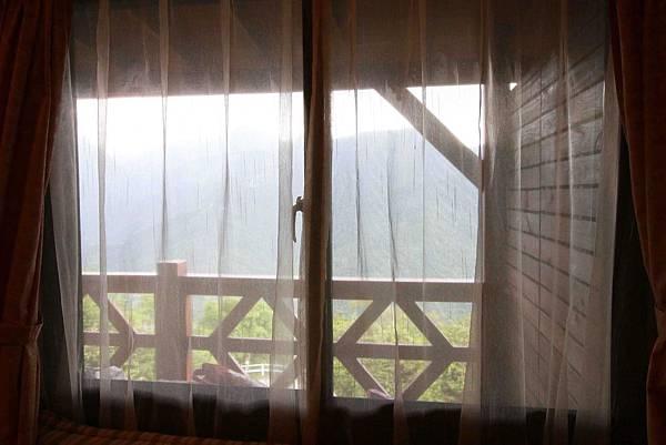 清境農場-峰情人文民宿-雲霧之上環山繚繞