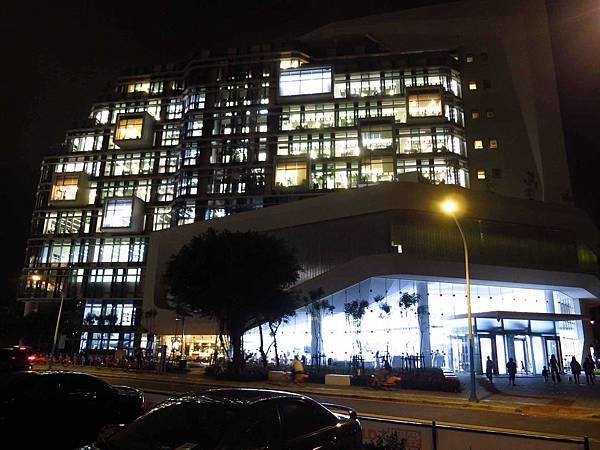 【新北市板橋圖書館】新北市立圖書館-24小時通宵夜貓子好去處-亞東醫院捷運站3號出口-地址貴興路愛買正對面