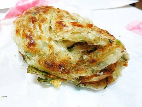 【新莊美食】忠將蔥蔬餅-口感酥脆多層次,滿滿蔬菜在裡頭