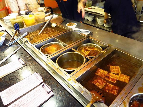 【三重美食】四方阿九-濃厚香氣的魯肉飯&不輸給清水廟口的排骨湯