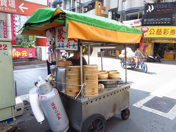【新莊美食】中平路早餐蒸餃-皮薄餡多,湯汁不停的流下來不停的流下來
