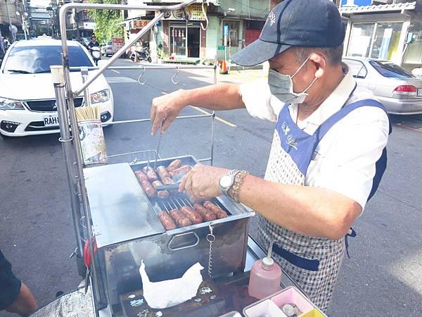 【三重美食】228公園香腸攤-碳火燒出來的香腸美味
