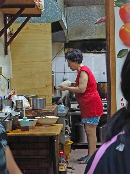 【永和美食】家鄉園刀削麵-現揉現桿現做的蔥油餅